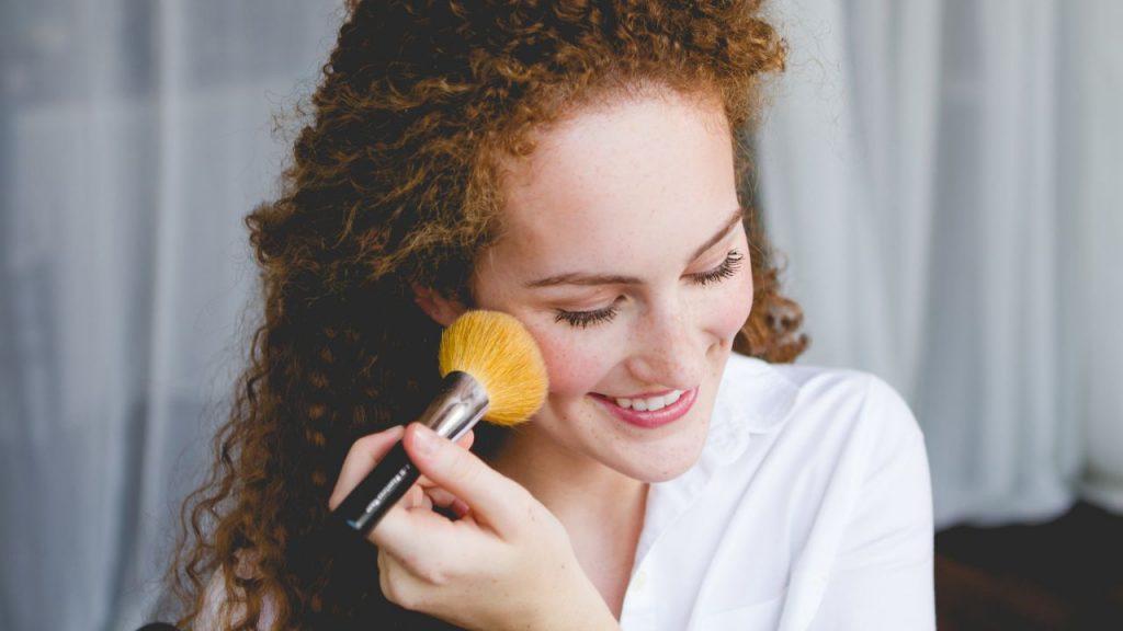 Правила макияжа лица в летний период
