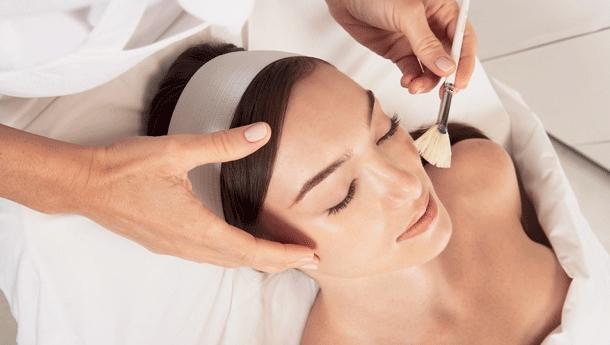 Уход за кожей лица после 35 лет разнообразит косметолог