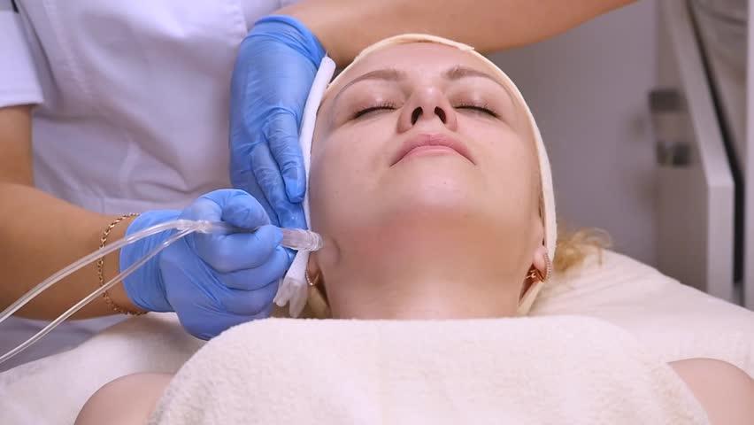 Когда нужна консультация специалиста по уходу за подростковой кожей лица