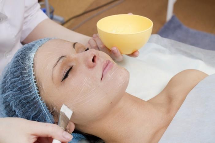 На процедуре пилинга у косметолога