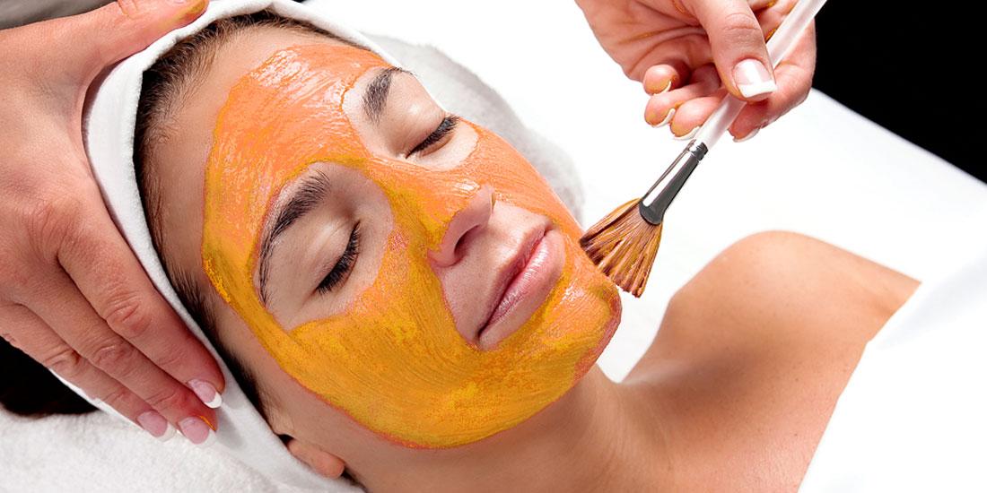 Нанесение на лицо маски из хурмы