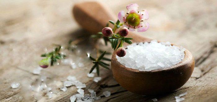 Кому нужно проводить пилинг солью для кожи головы?